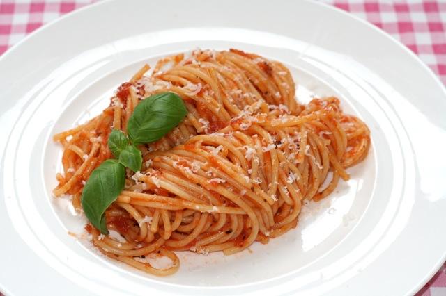 Spaghetti met tomaat en basilicum