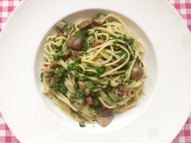Pasta met roomsaus, spinazie en champignon