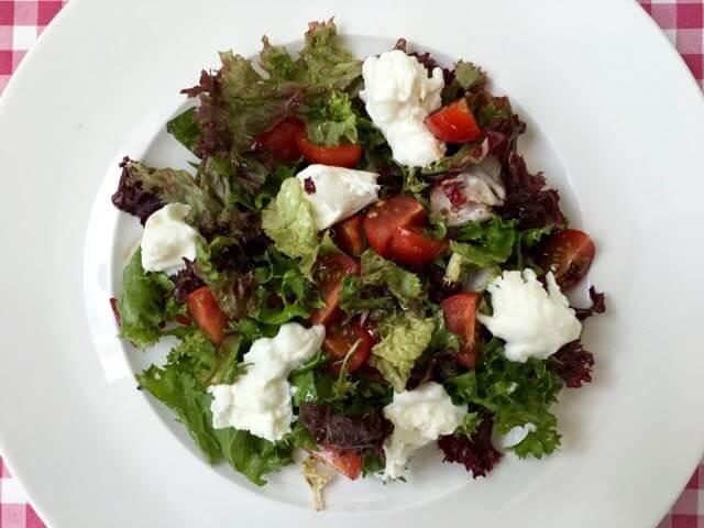 Salade met tomaat en buffelmozzarella