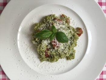 Koude risoni met pesto, tomaat en Parmezaanse kaas