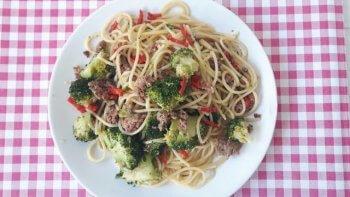 Spaghetti met worst, broccoli en rode peper