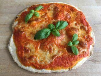 Pizza met tomaat, mozzarella en basilicum