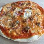 Pizza met worst, rode ui en Gorgonzola