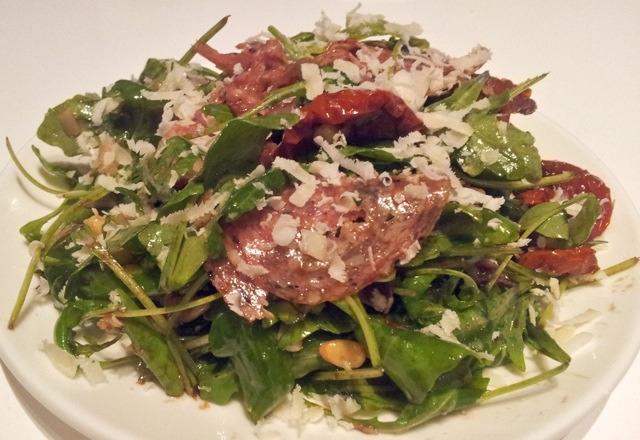 Italiaanse salade met truffelsalami