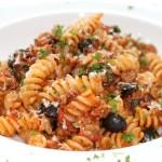 Pasta met worst en olijven