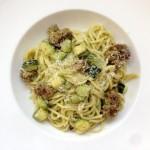Spaghetti met courgette, kaas en worst