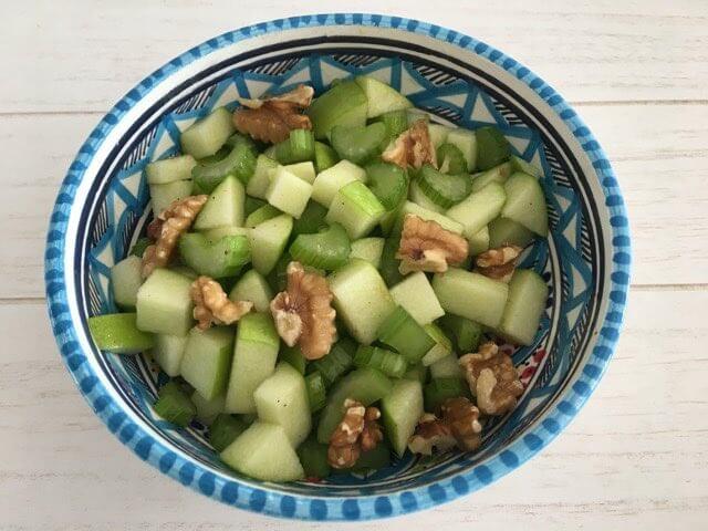 Bleekselderij salade met appel en walnoot
