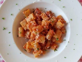 Mezzi rigatoni met tomatensaus en verse worst