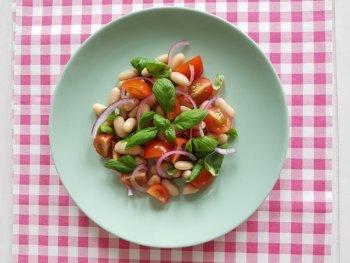 Bonensalade met tomaat, basilicum en rode ui