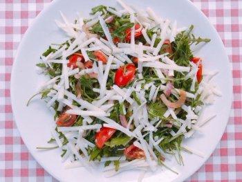 Salade met Parmezaanse kaas, rode ui en tomaat