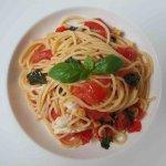 Spaghetti met tomaat, mozzarella en basilicum