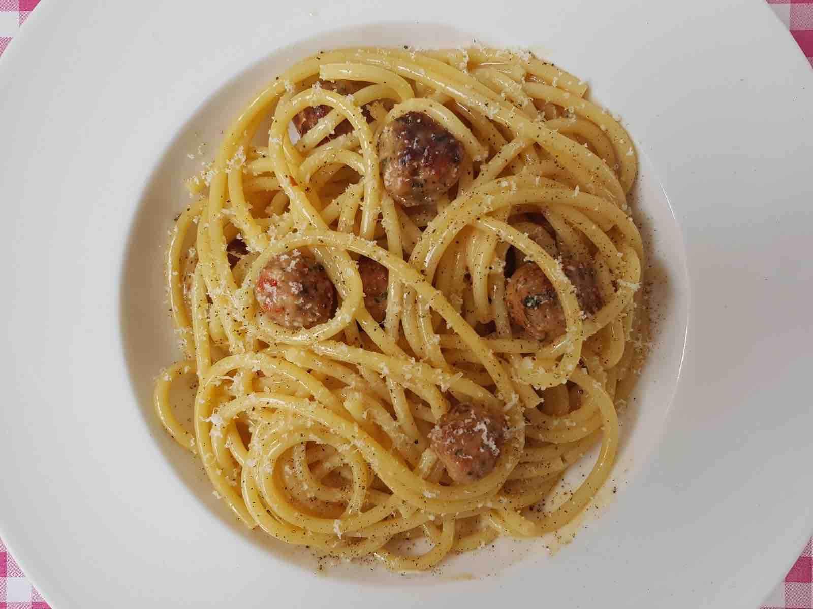 Bucatini met saucijzen, ei en kaas
