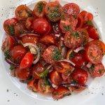 Tomatensalade met rode ui