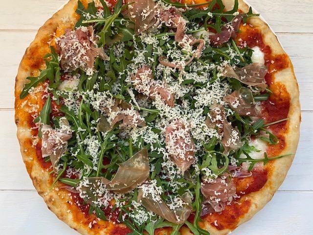 Pizza met parmaham, rucola en Grana Padano